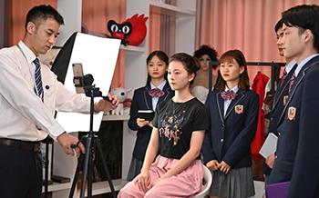 爱跳舞的女孩来哈尔滨新华开启学习直播之路